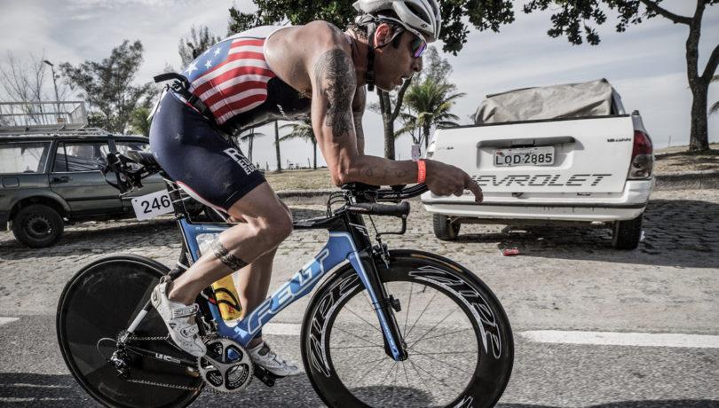 Rafael Gonçalves pedala forte no Rio Triathlon. Foto: Alessandro Dahan