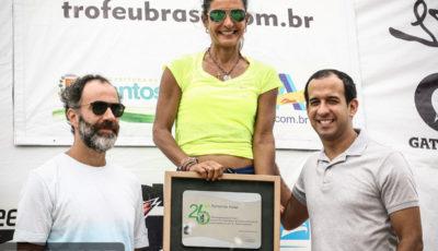 Fernanda Keller recebendo a placa comemorativa. Foto: Guilherme Dionízio / Tri Sport Magazine