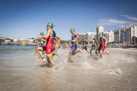 Homens ao mar! Largada para o evento-teste olímpico em Copacabana