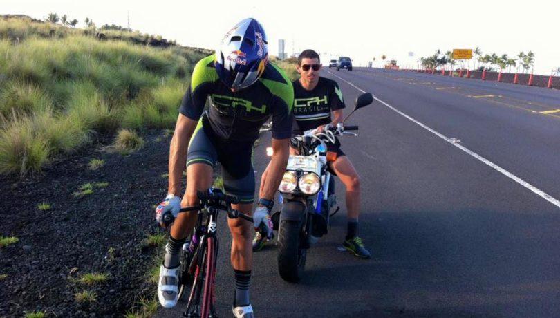 Igor Amorelli e seu treinador, Rafael Palito Cruz, em Kailua-Kona