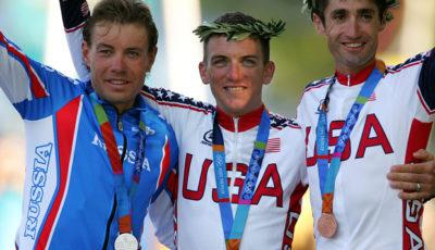 O pódio olímpico do ciclismo nos Jogos de 2004. Tyler Hamilton, ao centro, perdeu sua medalha.
