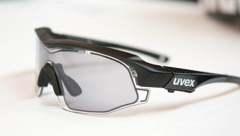 """O botão logo abaixo da marca Uvex aciona a """"mudança"""" nas lentes"""