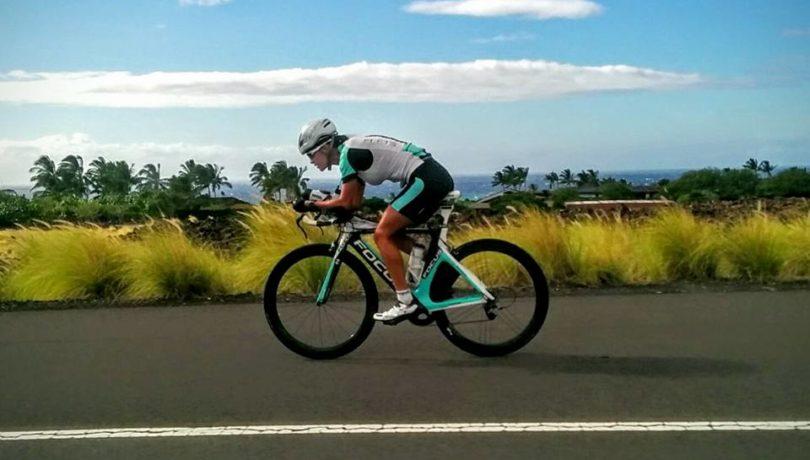 Victória Reimaili pedalando em Kailua-Kona. Foto: Aron Ferraz
