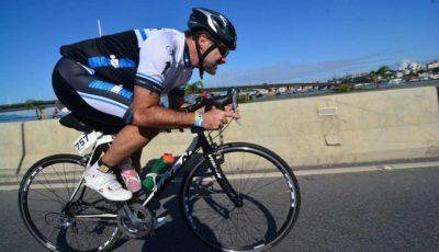 Atleta fazendo o Ironman Florianópolis com bike road