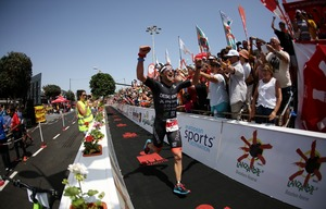 Jesse Thomas, no funil de chegada do Ironman Lanzarote, comemorando seu título. Foto: Ironman.com