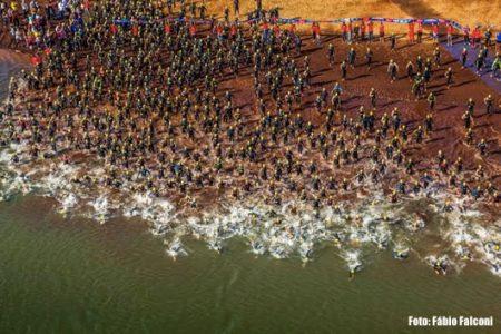 Largada do Itaipu Ironman 70.3 Brasil paraguay. Foto: Fabio Falconi
