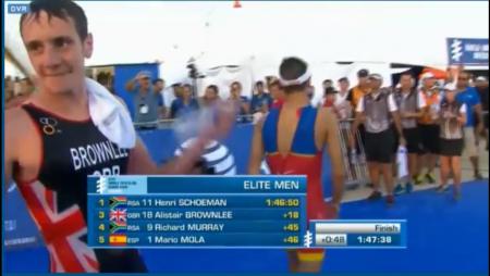 Alistair Brownlee (esq.) e Mario Mola (de costas) não se cumprimentam após o espanhol cruzar a linha de chegada e se tornar campeão mundial de 2016.