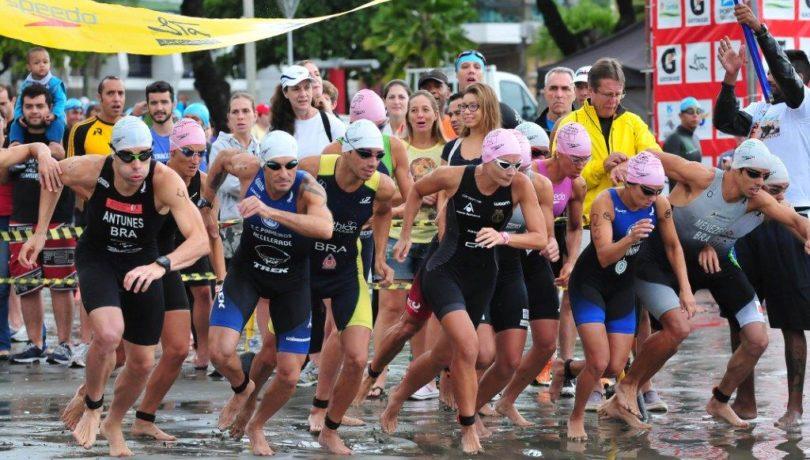 Atletas largando na prova de natação, em Santos (Foto: João Pires/Divulgação SantosPress)